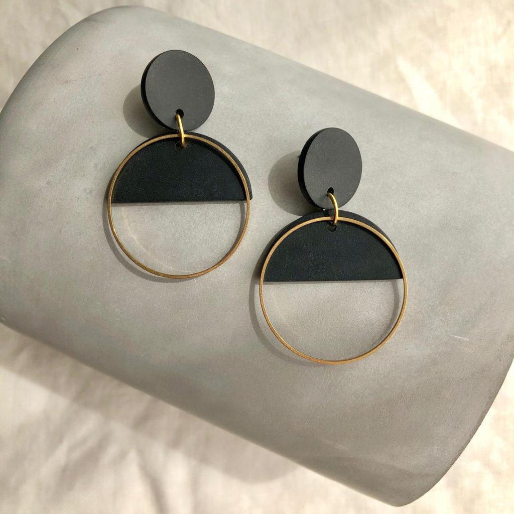 Pendientes circulares de arcilla polimérica y latón, de color negro y dorado, elegantes y minimalistas